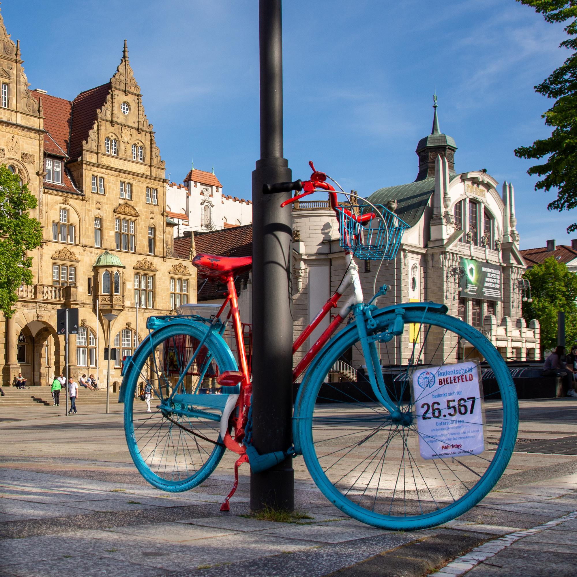 Radentscheid-Fahrrad vor dem Rathaus Bielefeld