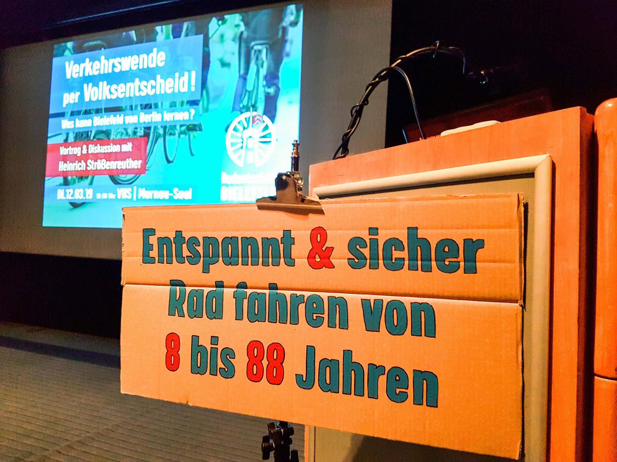 Rednerpult im Murnausaal der VHS